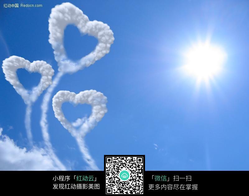 天空中的心形云朵图片