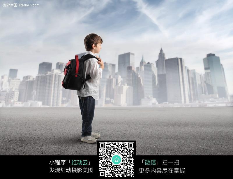 背着书包站在城市边的外国儿童图片