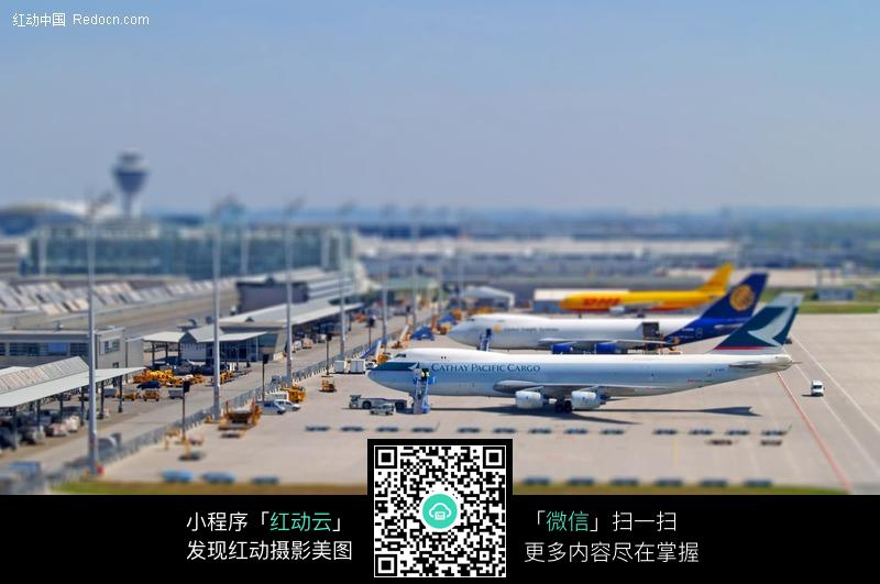飞机场上的飞机图片_交通工具图片
