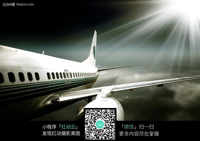 空中的飞机发动机机翼特写