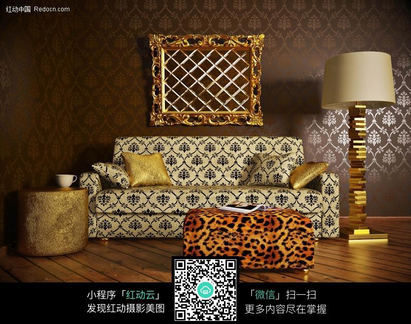 欧式风格的沙发茶几和台灯