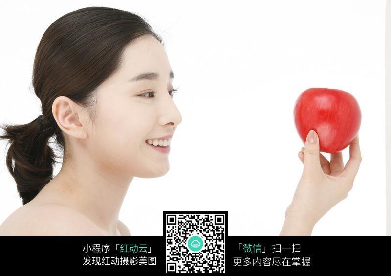 对着红苹果微笑的美女图片 女性女人图片