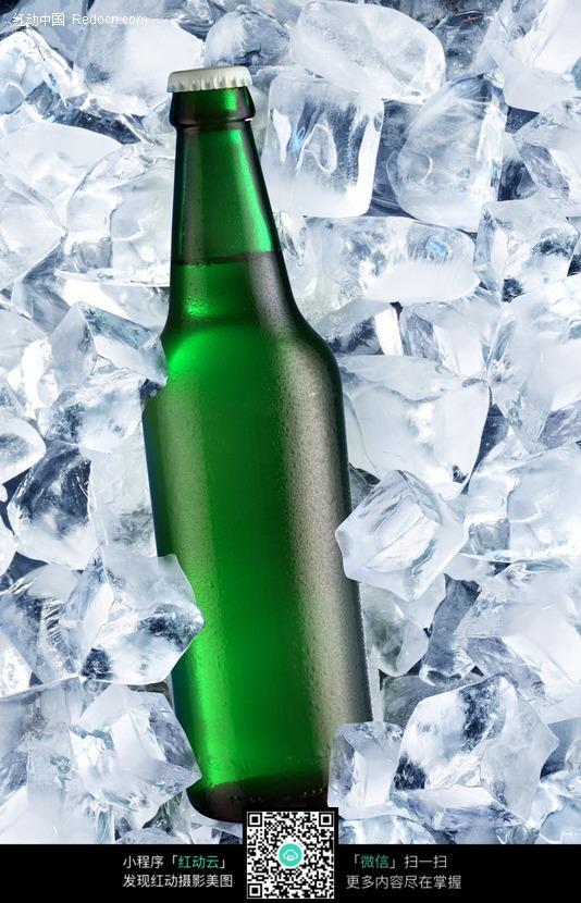 冰块中绿色瓶子的冰镇啤酒