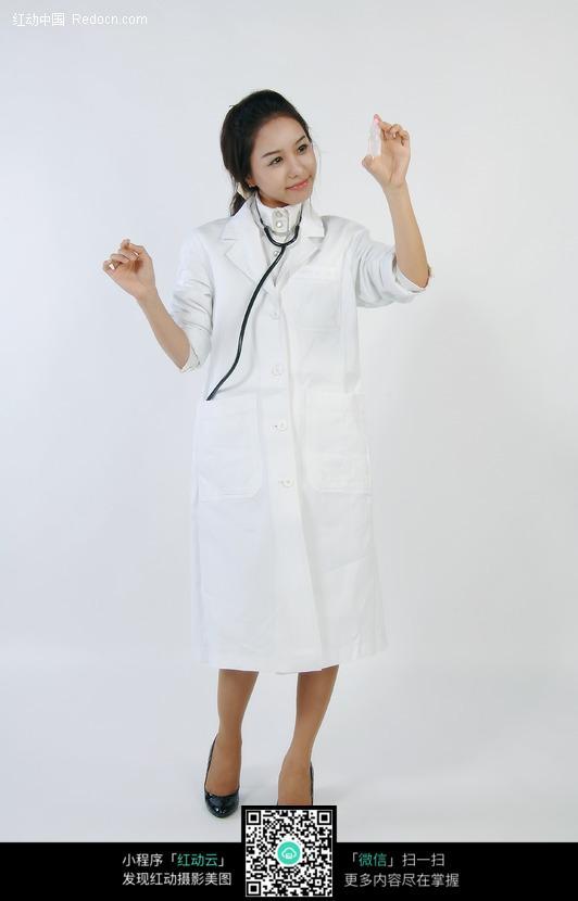看手里药瓶的美女医生图片