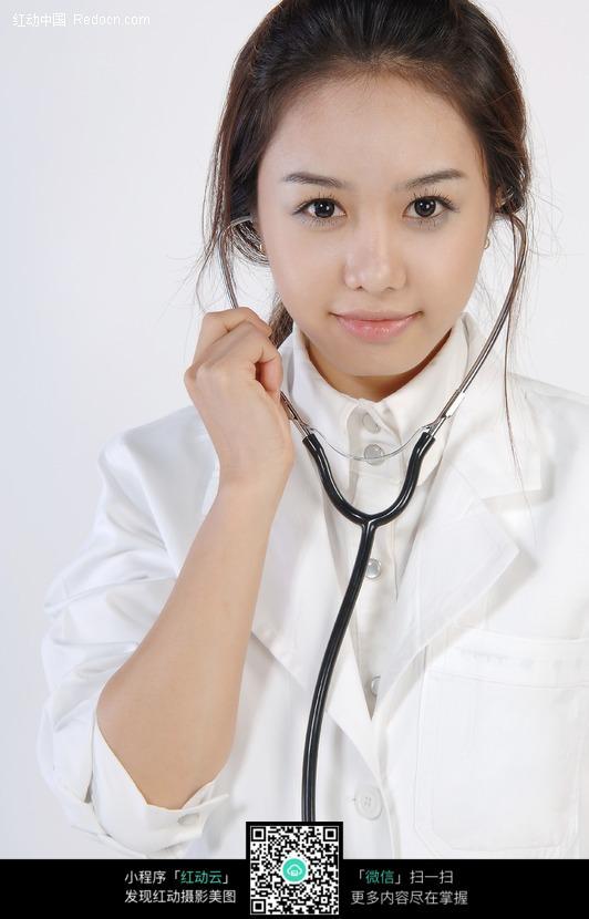 戴着听诊器的美女医生特写图片
