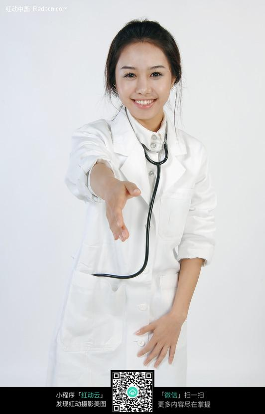 伸出手握手的美女医生图片