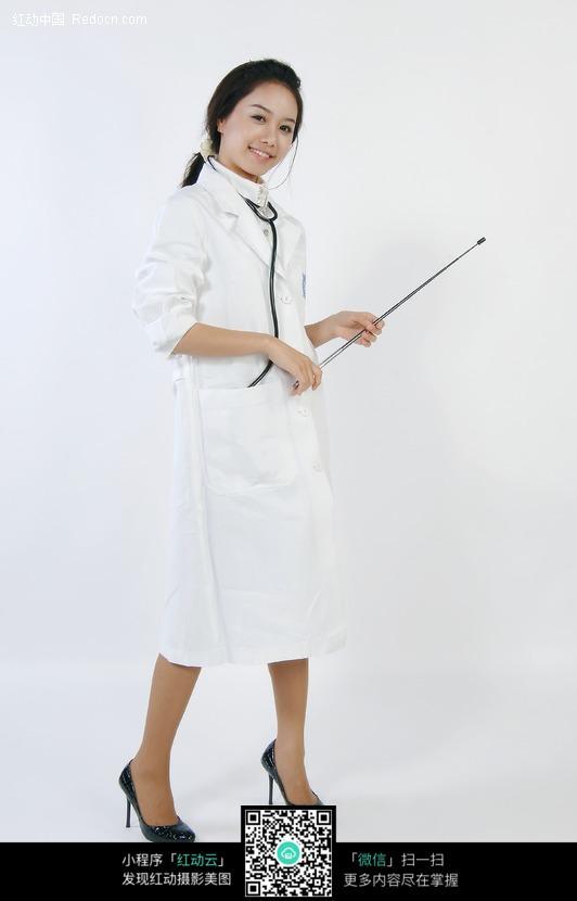 拿着美女讲课的医生角色美女教鞭战逆最图片