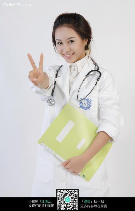 成功手势的美女医生图片
