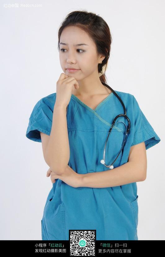 托着腮沉思的手术服美女医生图片 人物图片素