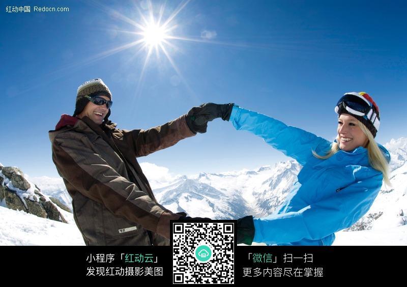 雪山上手拉手的情侣图片