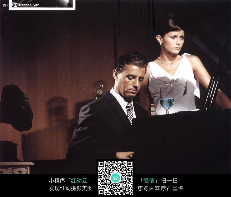 弹钢琴的绅士美女图片 日常生活图片