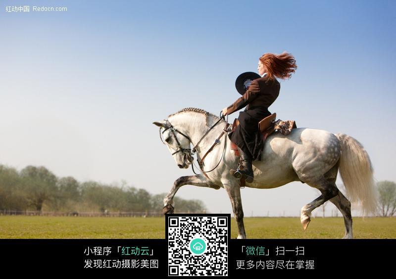 骑马的外国美女图片