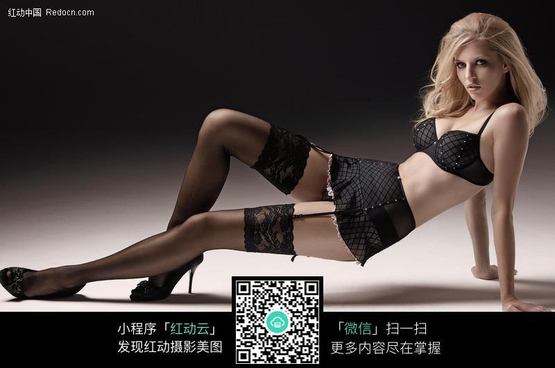 黑色内衣丝袜美女图片