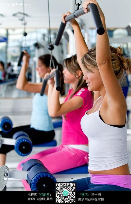 健身房健身的外国美女图片