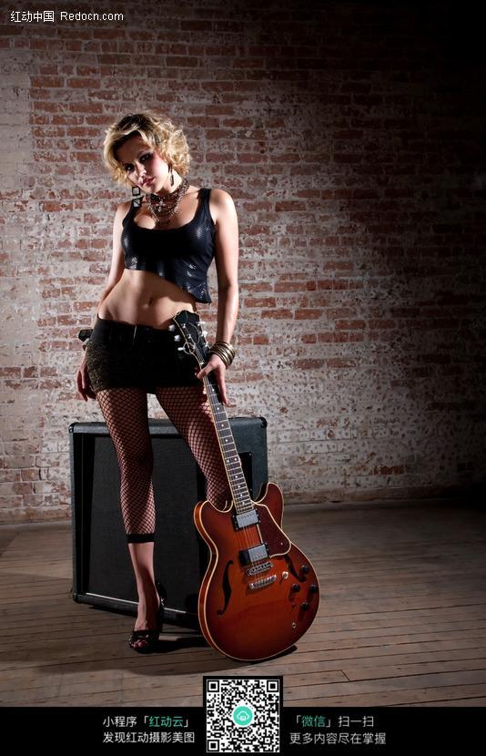 拿着吉他的外国美女图片