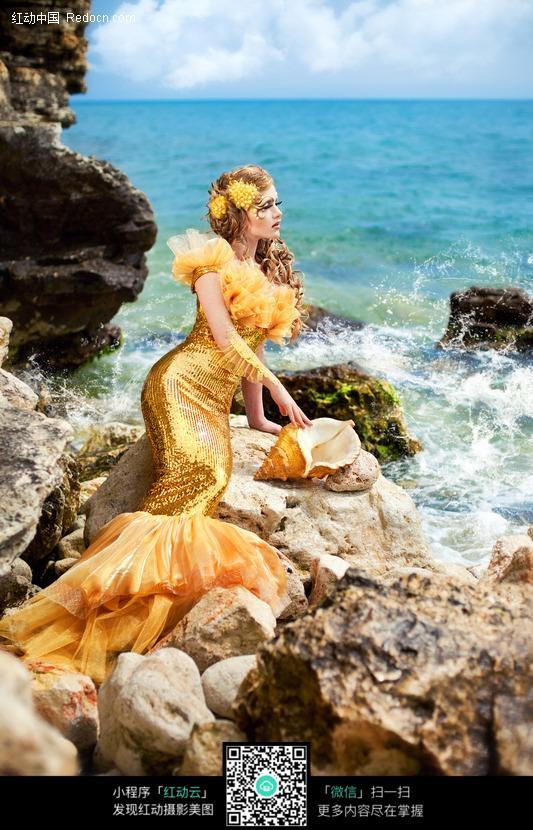 海边礁石上的美人鱼美女图片