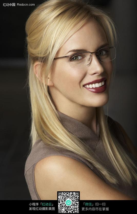 潮流时尚戴眼镜美女图片