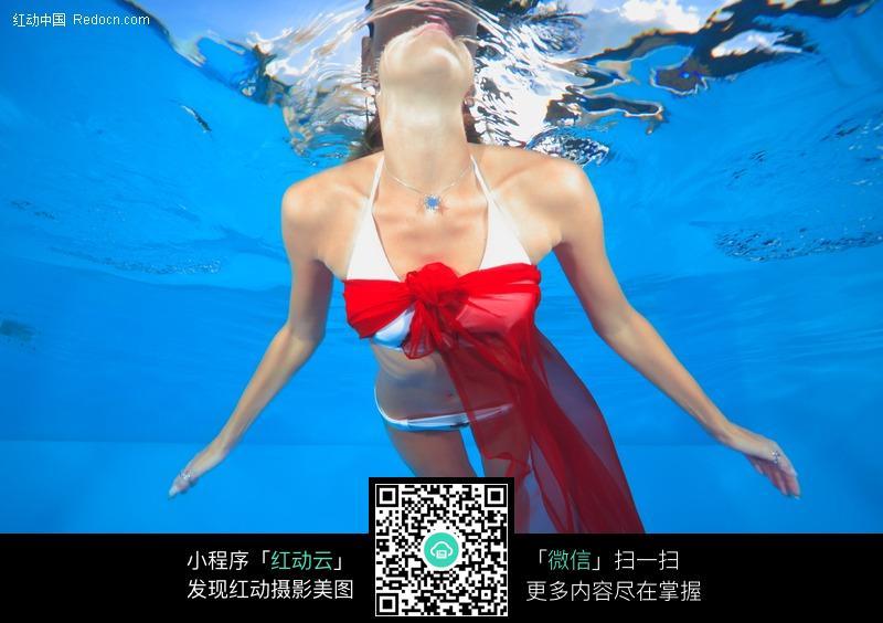 游泳的水中比基尼美女图片