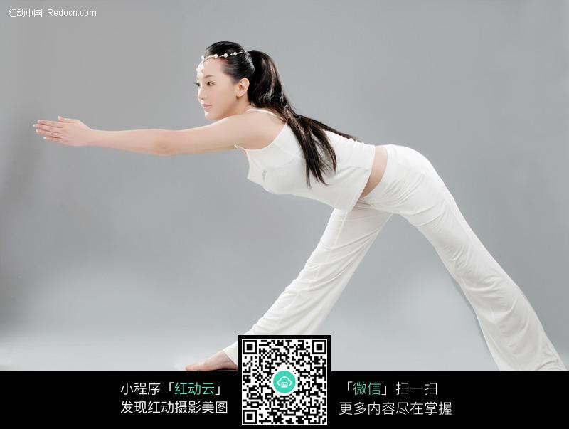 做瑜珈的白衣美女图片