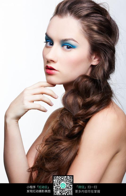 化浓妆的长发美女