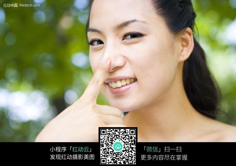 手指放在鼻子上图片 女性女人图片