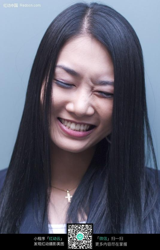 闭眼笑的美女图片 女性女人图片