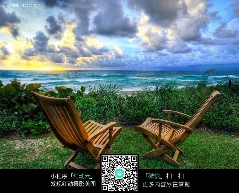 海边绿地上的躺椅图片