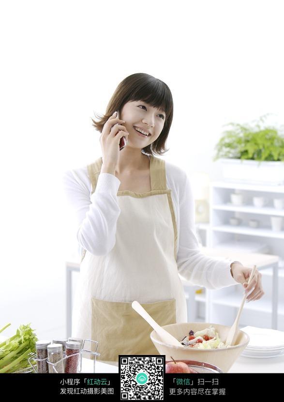 美女在厨房打图片