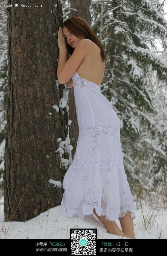 白色裙子站在雪地的女人图片