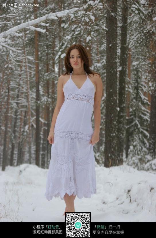 站在雪地上的美女图片