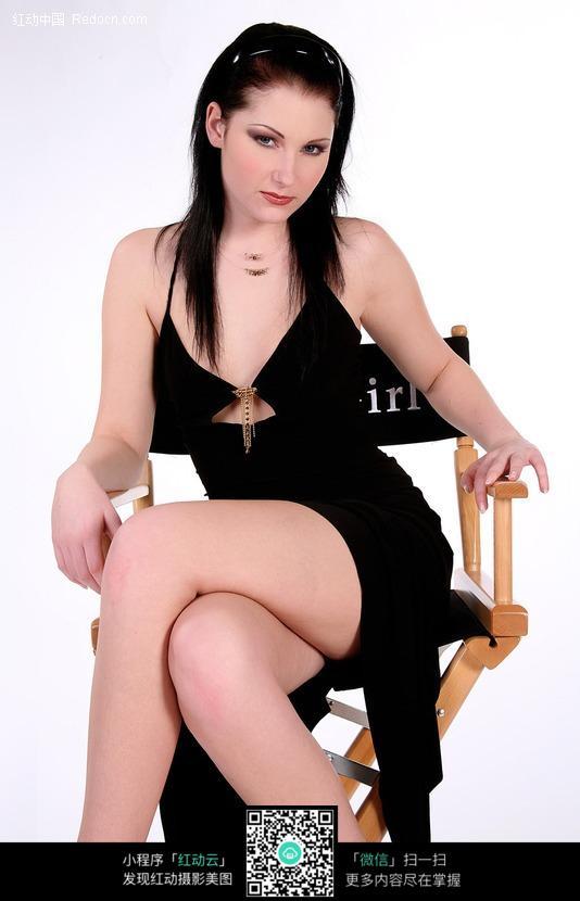 坐在椅子上的美女图片