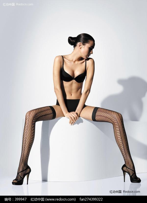劈腿坐着的黑丝袜美女图片编号:399947 女性
