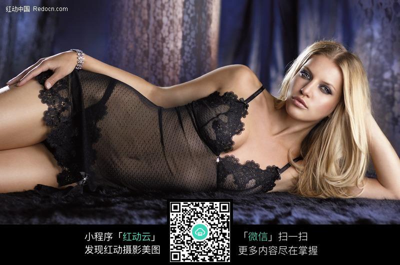 侧躺在床上穿透视内衣的美女图片