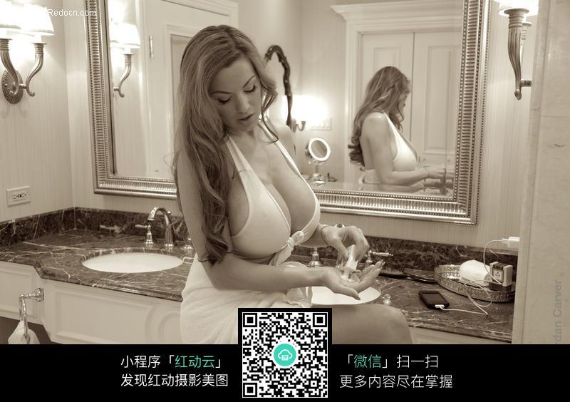 浴室里倒润肤油的美女图片