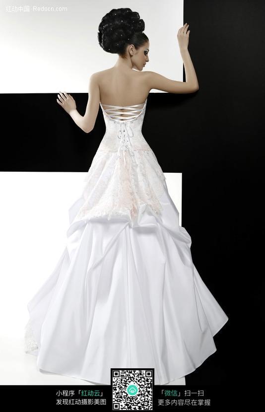 穿白婚纱美女的背影