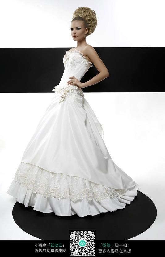 侧身站立的婚纱美女图片