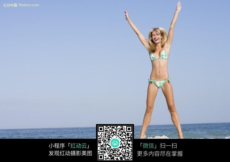 在沙滩上跳起来的比基尼美女图片 女性女人图