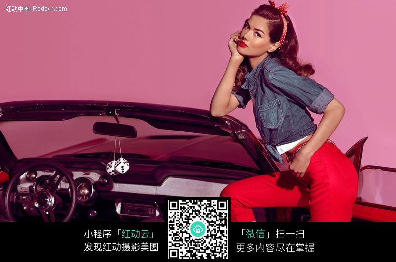 靠在汽车前挡风玻璃上的外国美女