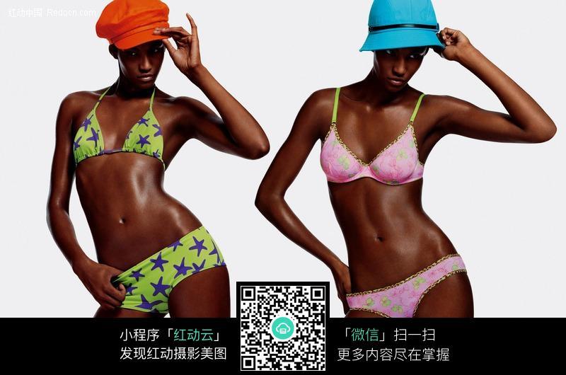 黑人玩2女_两个黑人内衣模特