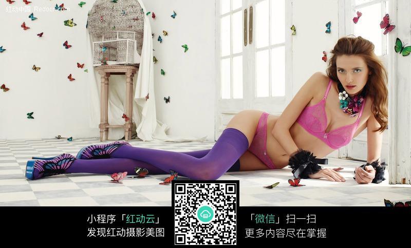 躺在地板上的内衣丝袜美女图片