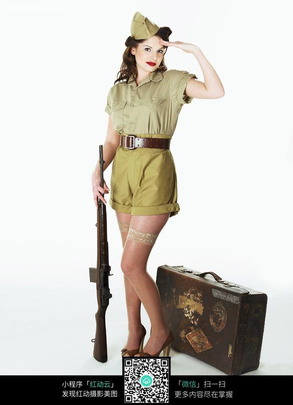 敬礼的拿女兵图片 女性女人图片