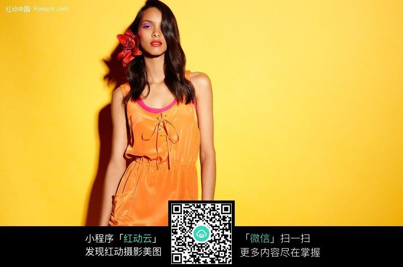 黄衣女子狂�_免费素材 图片素材 人物图片 女性女人 穿黄色衣服的外国美女  请您