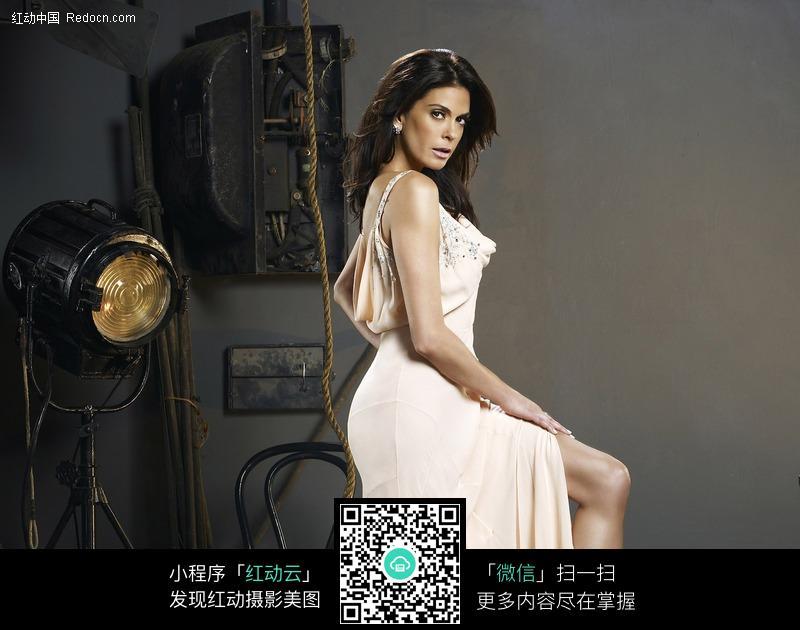免费素材 图片素材 人物图片 女性女人 侧身站立露出大腿的外国女子
