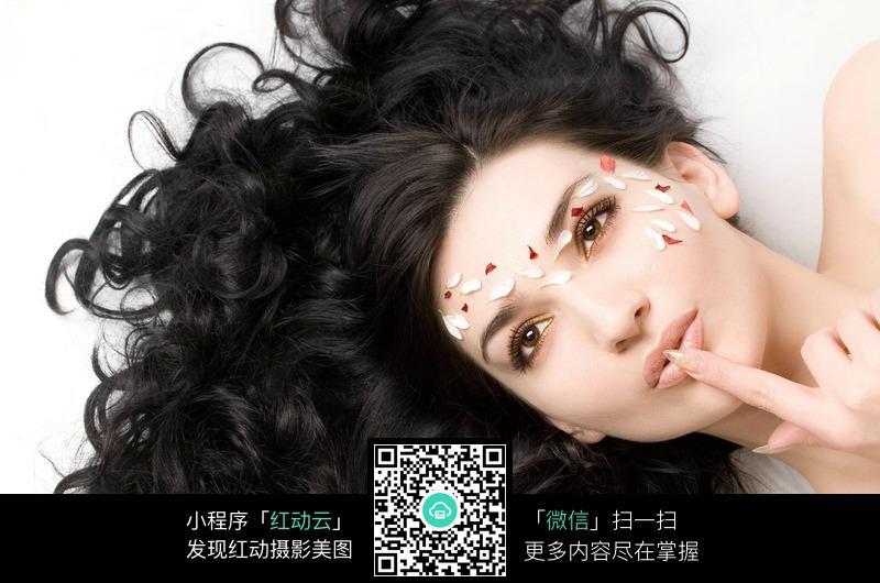 食指放在唇上的黑发美女图片