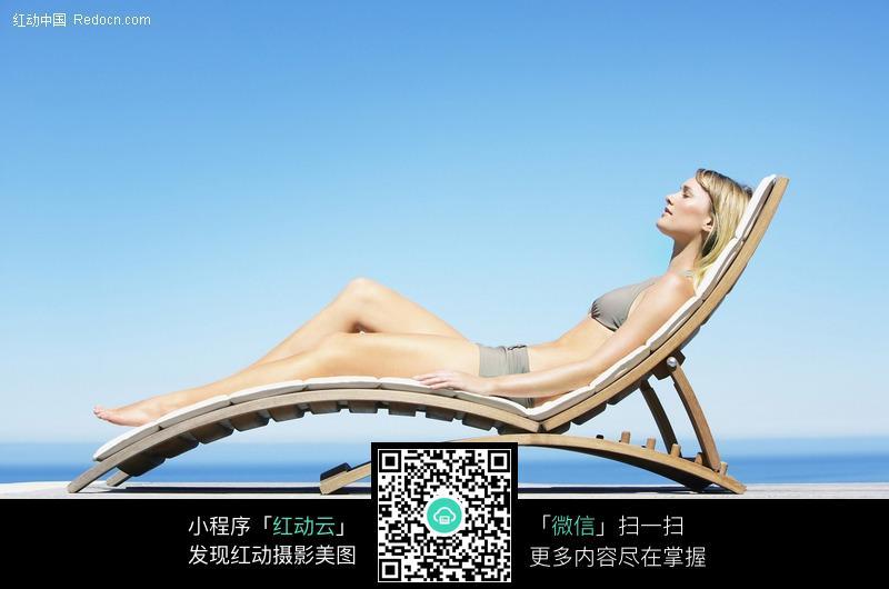 躺在椅子上休息的泳衣美女图片