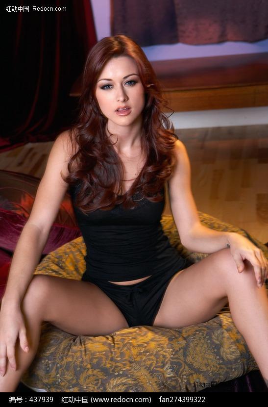 劈腿坐在沙发上的美女图片 竖