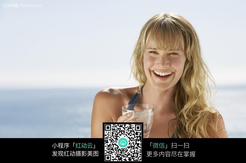 拿水杯大笑的外国美女图片