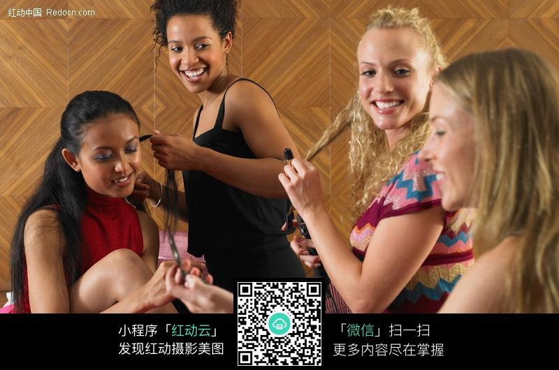 4个说话的外国美女图片