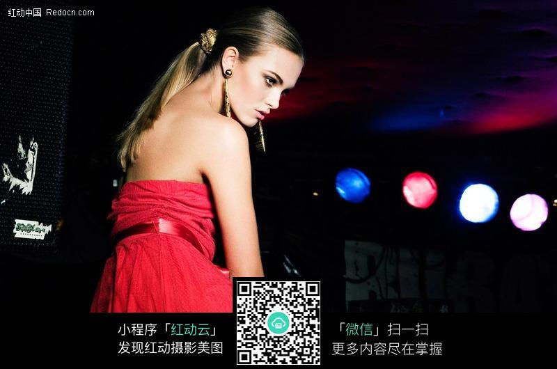 穿红美女坐着的礼服美女店洒视频图片