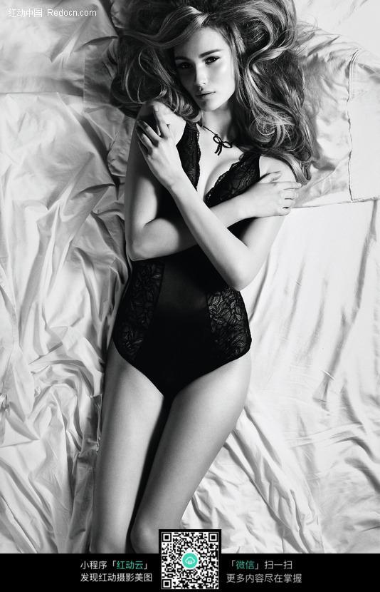 床上的抱胸内衣美女